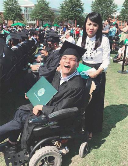 """Vào giảng đường bằng xe lăn, 9X Việt trở thành """"người hùng"""" trên đất Mỹ"""