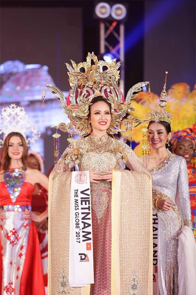 Clip: Khánh Ngân ấp úng trả lời phỏng vấn bằng tiếng Anh với Missosology sau khi đăng quang Hoa hậu Hoàn cầu 2017 - Ảnh 3.