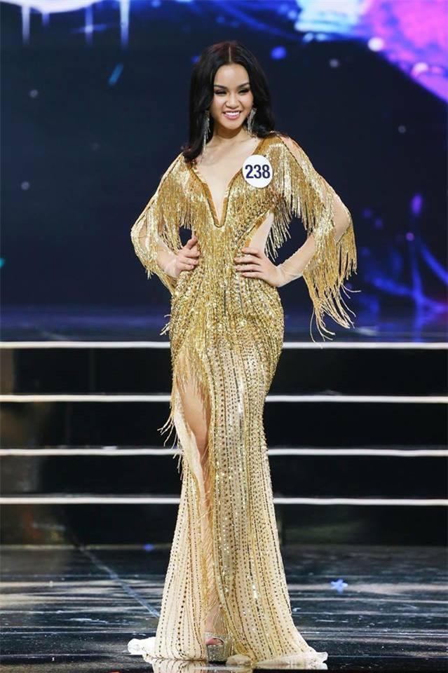 Không may gặp sự cố, thí sinh Hoa hậu Hoàn vũ Việt Nam 2017 ngã sấp trên sân khấu - Ảnh 2.