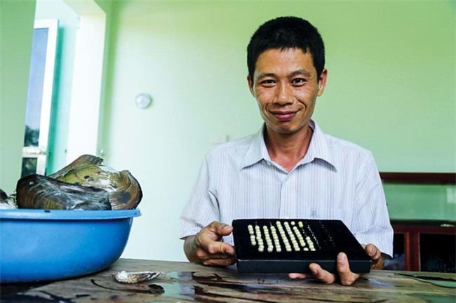 Nghề lạ: Nuôi ngọc trai nước ngọt, kiếm 3,5 tỉ đồng/năm - Ảnh 1.