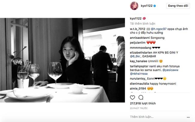 Ngọt ngào như Song Song: Vợ chu môi trên bàn ăn tối trong chuyến trăng mật, chồng ngồi đối diện chụp cho? - Ảnh 2.