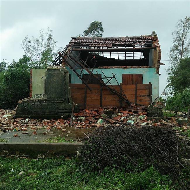 Chỉ mong được sống nốt quãng đời với ngôi nhà ông bà để lại, vậy mà cơn bão số 12 đã cuốn sập tất cả của cụ bà neo đơn - Ảnh 2.