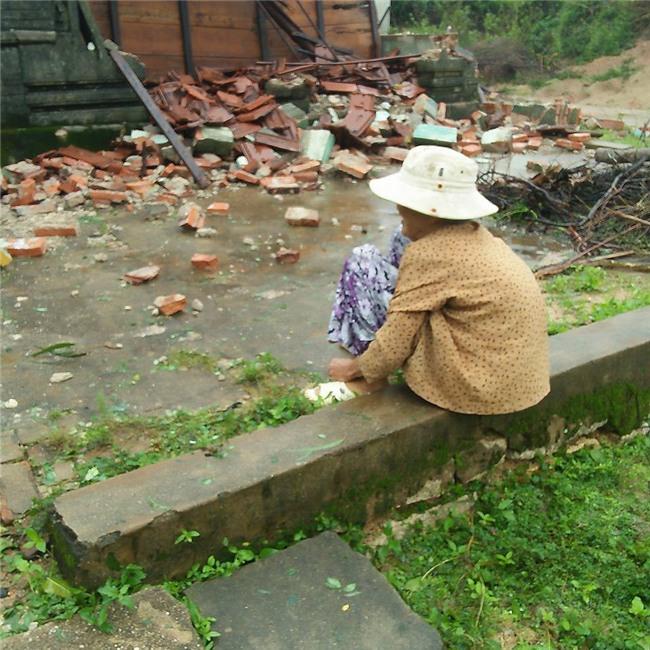 Chỉ mong được sống nốt quãng đời với ngôi nhà ông bà để lại, vậy mà cơn bão số 12 đã cuốn sập tất cả của cụ bà neo đơn - Ảnh 4.