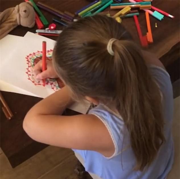 Harper gây bất ngờ khi vừa vẽ vừa hát ca khúc Giáng sinh với giọng ca tiểu Spicegirls - Ảnh 1.