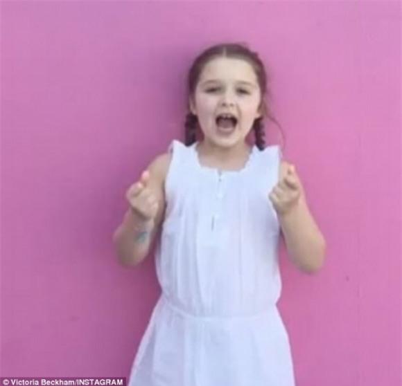Harper gây bất ngờ khi vừa vẽ vừa hát ca khúc Giáng sinh với giọng ca tiểu Spicegirls - Ảnh 2.