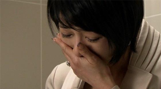 Nước mắt đắng cay của người vợ lặng lẽ đóng cửa phòng ngủ hộ chồng và người thứ ba - Ảnh 1.
