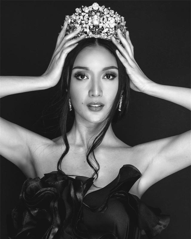 Sự chênh lệch nhan sắc của Hoa hậu Trái đất trước và sau photoshop: Cứ như ảnh avatar facebook và ảnh bị tag vào! - Ảnh 13.
