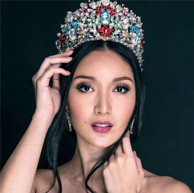 Sự chênh lệch nhan sắc của Hoa hậu Trái đất trước và sau photoshop: Cứ như ảnh avatar facebook và ảnh bị tag vào! - Ảnh 5.