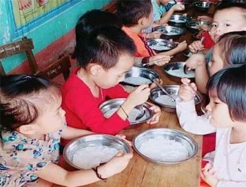 Phụ huynh bức xúc vì bữa ăn trẻ mầm non chỉ có bún trắng chan nước