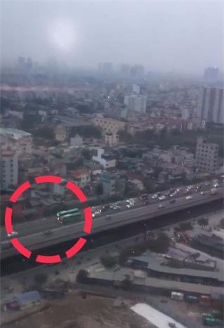 Hà Nội: Hai xe khách thi đi chậm gây ách tắc trên đường vành đai 3 - Ảnh 2.