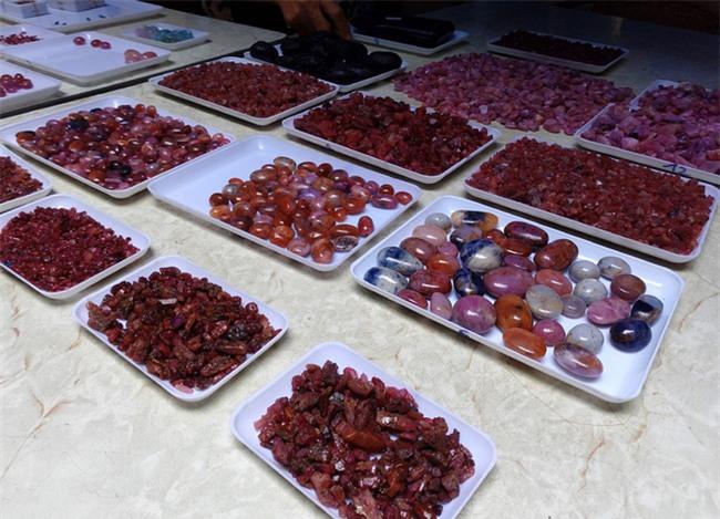 Đá quý hàng trăm triệu bày bán thành sạp tại phiên chợ độc đáo giữa lòng Thủ đô - Ảnh 13.