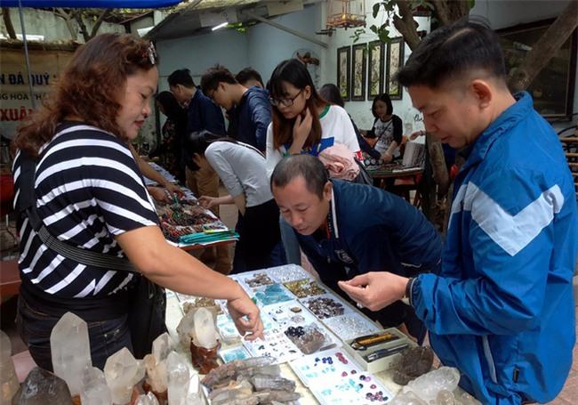 Đá quý hàng trăm triệu bày bán thành sạp tại phiên chợ độc đáo giữa lòng Thủ đô - Ảnh 3.