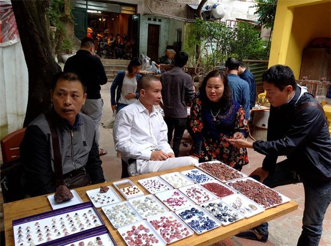 Đá quý hàng trăm triệu bày bán thành sạp tại phiên chợ độc đáo giữa lòng Thủ đô - Ảnh 6.