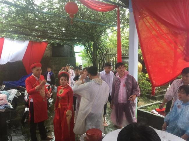 Giữa cơn bão số 12, chú rể cõng cô dâu, khách xắn quần lội nước đi dự đám cưới  - Ảnh 4.