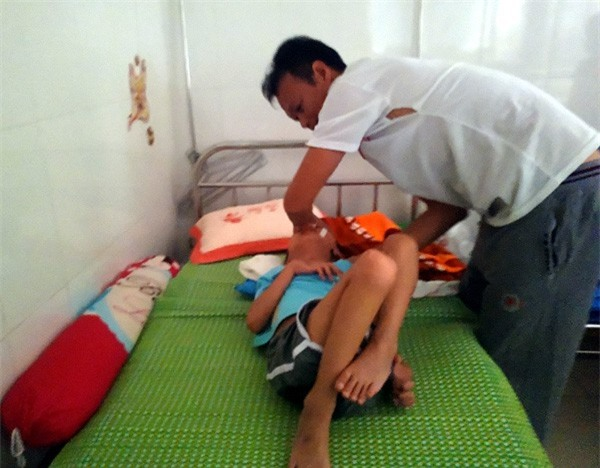 Sau trận sốt cao, bé trai khỏe mạnh thành người tàn phế, bố mẹ khốn khó vì gia cảnh ngặt nghèo - Ảnh 4.