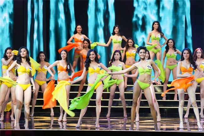 Hoa hậu Hoàn vũ bị chỉ trích vì thi thố giữa trời mưa bão, MC Phan Anh gay gắt đáp trả