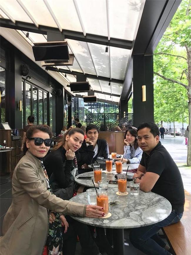 Được biết, bố mẹ đang cùng Hà Hồ đi nghỉdưỡng tạithành phố Sydney, Úc. Nữ ca sĩ thường đưa bố mẹ ra nước ngoài nhân dịp mình đi diễn hay đi công việc. - Tin sao Viet - Tin tuc sao Viet - Scandal sao Viet - Tin tuc cua Sao - Tin cua Sao