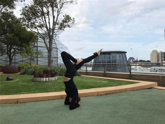 Mẹ của nữ ca sĩ luyện tập yoga mỗi ngày và cô cũng hết sức đam mê bộ môn này. - Tin sao Viet - Tin tuc sao Viet - Scandal sao Viet - Tin tuc cua Sao - Tin cua Sao