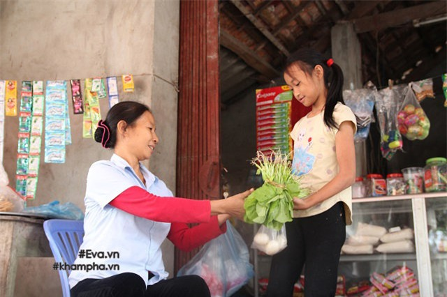 cam dong canh chi 10 tuoi cham soc dan em trong gia dinh me 29 tuoi sinh 8 con - 10