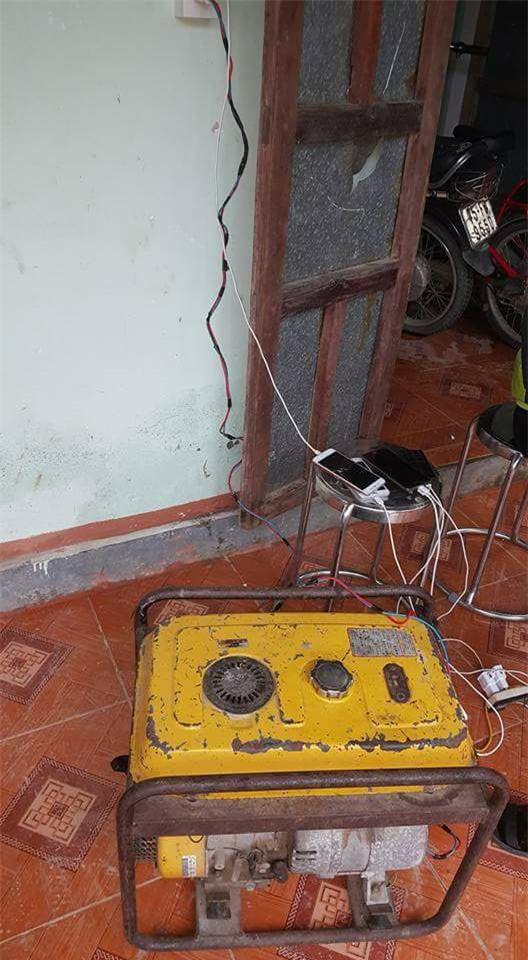 Bi hài ngày mưa lũ: Đang ăn cơm thì nước tràn ngập mâm, một nhà có điện cả làng được nhờ sạc điện thoại - Ảnh 9.