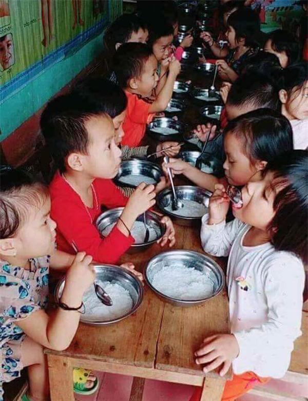 Cho trẻ ăn bún luộc nước sôi: Phụ huynh hiểu lầm, nhưng nhà trường cũng cần rút kinh nghiệm - Ảnh 1.