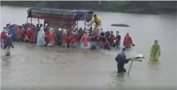 Xót xa đám tang vội vàng trong ngày Huế chìm trong mưa lũ