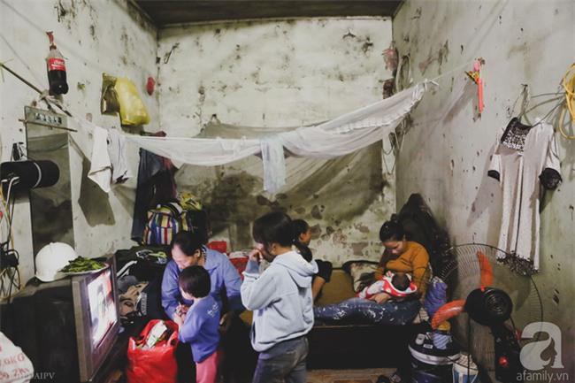 Cảnh nhà bề bộn mà rộn tiếng cười của mẹ siêu mắn đẻ, 29 tuổi có 8 đứa con ở Hà Nội - Ảnh 1.