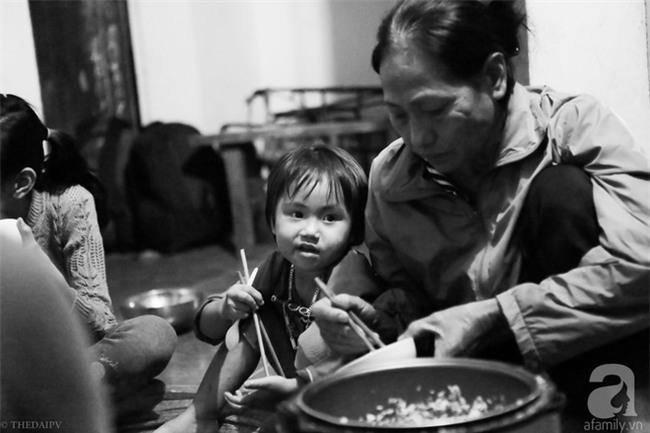 Cảnh nhà bề bộn mà rộn tiếng cười của mẹ siêu mắn đẻ, 29 tuổi có 8 đứa con ở Hà Nội - Ảnh 10.
