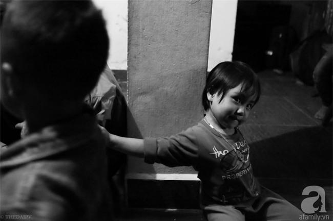 Cảnh nhà bề bộn mà rộn tiếng cười của mẹ siêu mắn đẻ, 29 tuổi có 8 đứa con ở Hà Nội - Ảnh 13.