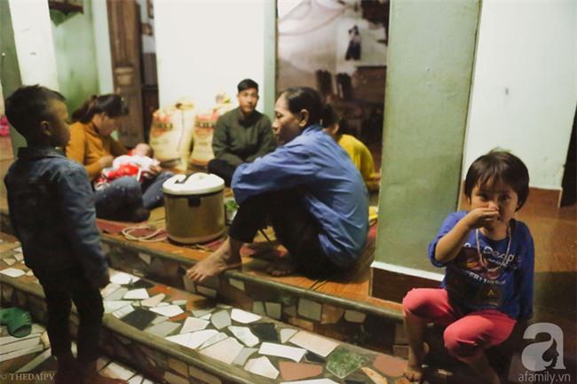 Cảnh nhà bề bộn mà rộn tiếng cười của mẹ siêu mắn đẻ, 29 tuổi có 8 đứa con ở Hà Nội - Ảnh 2.