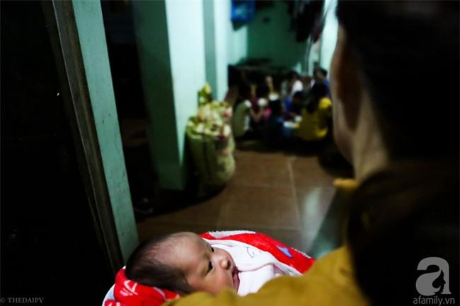 Cảnh nhà bề bộn mà rộn tiếng cười của mẹ siêu mắn đẻ, 29 tuổi có 8 đứa con ở Hà Nội - Ảnh 6.