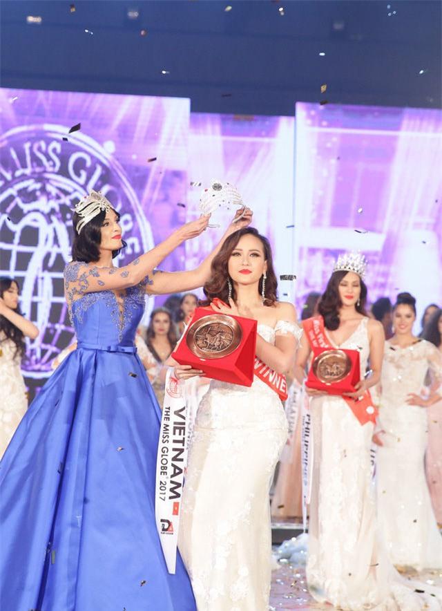 Trong suốt cuộc thi Hoa hậu Hoàn cầu 2017,Khánh Ngânluôn được đánh giá cao về sự thân thiện và rạng rỡ, cũng như tác phong linh hoạt, năng động, không ngại khổ, ngại vất vả tham gia vào các hoạt động. Cô cũng là người đẹp đầu tiên mang ngôi vị cao nhất ở cuộc thi quốc tế về cho Việt Nam. - Tin sao Viet - Tin tuc sao Viet - Scandal sao Viet - Tin tuc cua Sao - Tin cua Sao