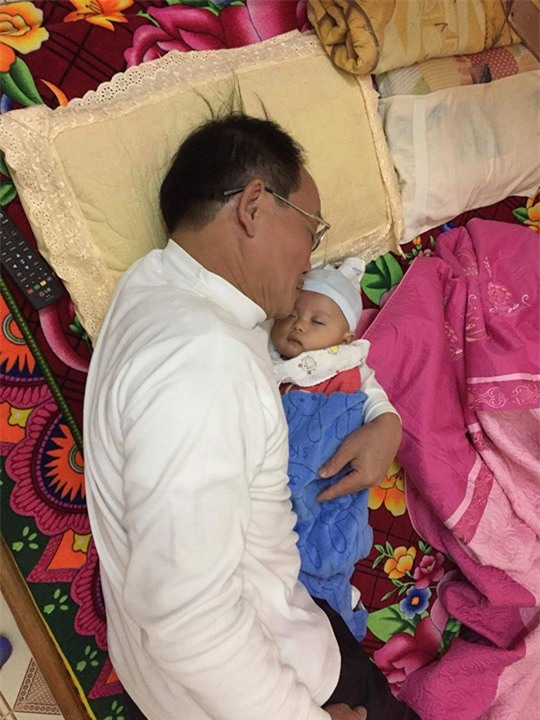 Bố chồng giặt chậu quần áo hộ con dâu mới sinh khiến bao người ngưỡng mộ - Ảnh 1.