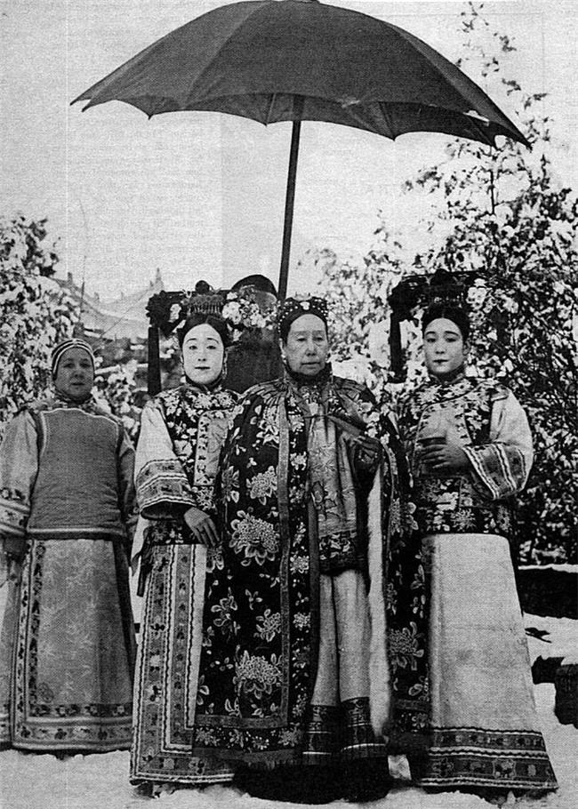 Chuyện ăn của Từ Hy Thái hậu: Mỗi ngày 300 sơn hào hải vị cầu kỳ, dùng bữa một mình, hơn trăm người phục vụ - Ảnh 3.