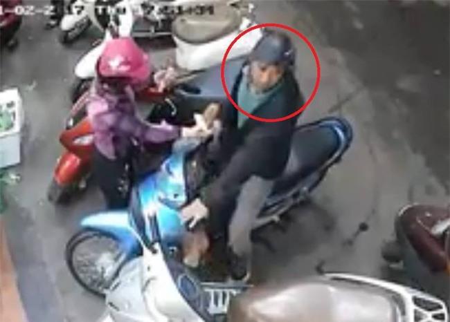 Hà Nội: Công an đang tích cực truy lùng đôi nam nữ dàn cảnh móc cốp xe của phụ nữ khi đi chợ - Ảnh 2.