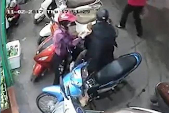 Hà Nội: Công an đang tích cực truy lùng đôi nam nữ dàn cảnh móc cốp xe của phụ nữ khi đi chợ - Ảnh 3.