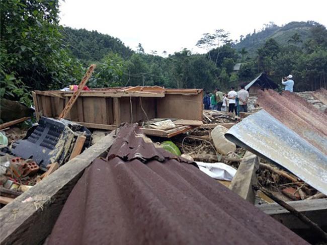Chính quyền cưỡng chế di dời khẩn, dân vừa ra khỏi nhà 5 phút thì 10 ngôi nhà bị xóa sổ
