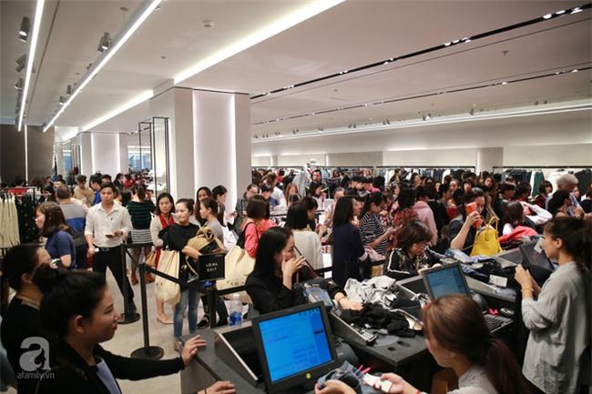 Zara Hà Nội khai trương: trưa lượng người kéo đến chật cứng cả 3 tầng - Ảnh 18.