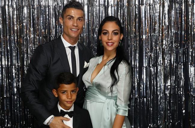 Ronaldo: 'Con trai toi thuong quen an khi choi bong' hinh anh 1