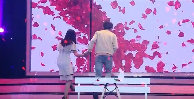 Vì yêu mà đến: Cô sinh viên trường báo tỏ tình thành công, nắm tay Quang Bảo rời khỏi chương trình-12