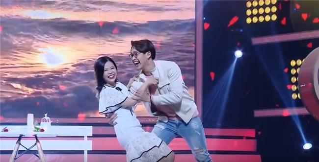 Vì yêu mà đến: Cô sinh viên trường báo tỏ tình thành công, nắm tay Quang Bảo rời khỏi chương trình-9