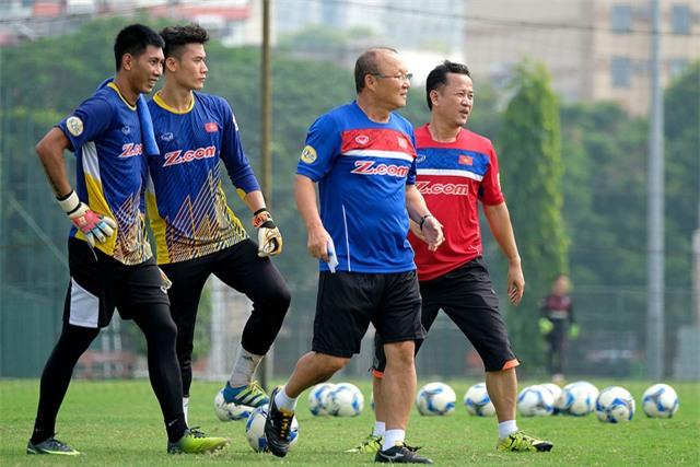 HLV Park Hang Seo tỏ ra chuyên nghiệp trong cả tập luyện và sihh hoạt - Ảnh: Gia Hưng