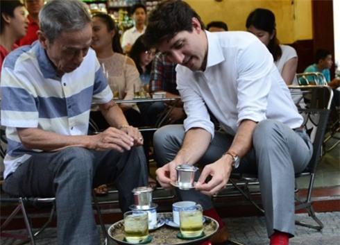 Quán cafe ở Sài Gòn mà Thủ tướng Canada ghé uống: Ông và người ngồi cùng bàn uống cafe sữa pha phin và khen ngon - Ảnh 6.