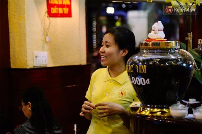 Quán cafe ở Sài Gòn mà Thủ tướng Canada ghé uống: Ông và người ngồi cùng bàn uống cafe sữa pha phin và khen ngon - Ảnh 8.