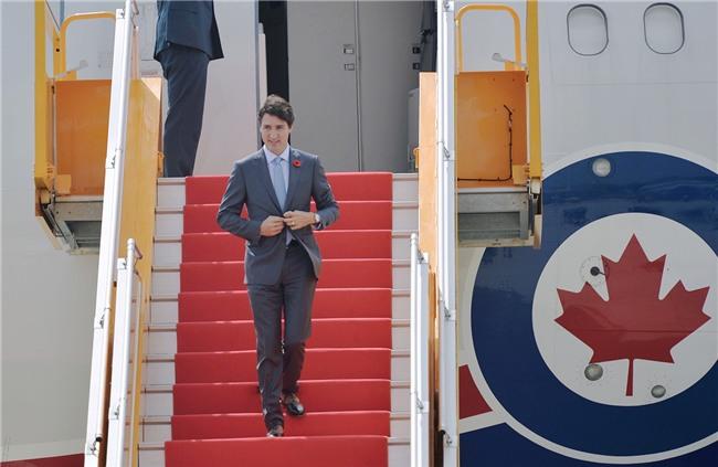 Thủ tướng Canada Justin Trudeau rạng rỡ vẫy chào khi đáp chuyến bay xuống Đà Nẵng - Ảnh 2.