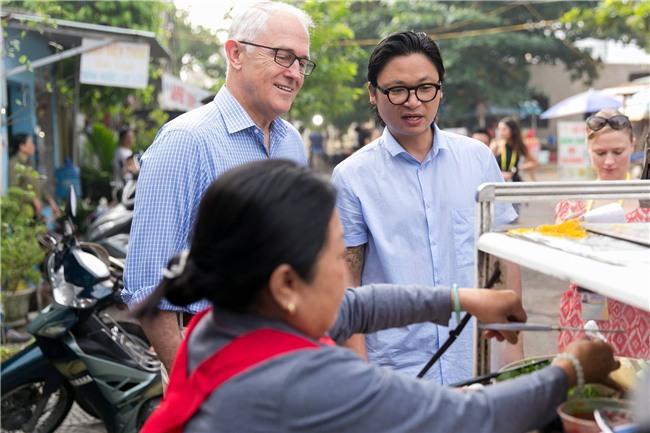 Thủ tướng Úc chia sẻ ảnh lần đầu thưởng thức bánh mì tại Đà Nẵng cùng Luke Nguyễn - Ảnh 3.