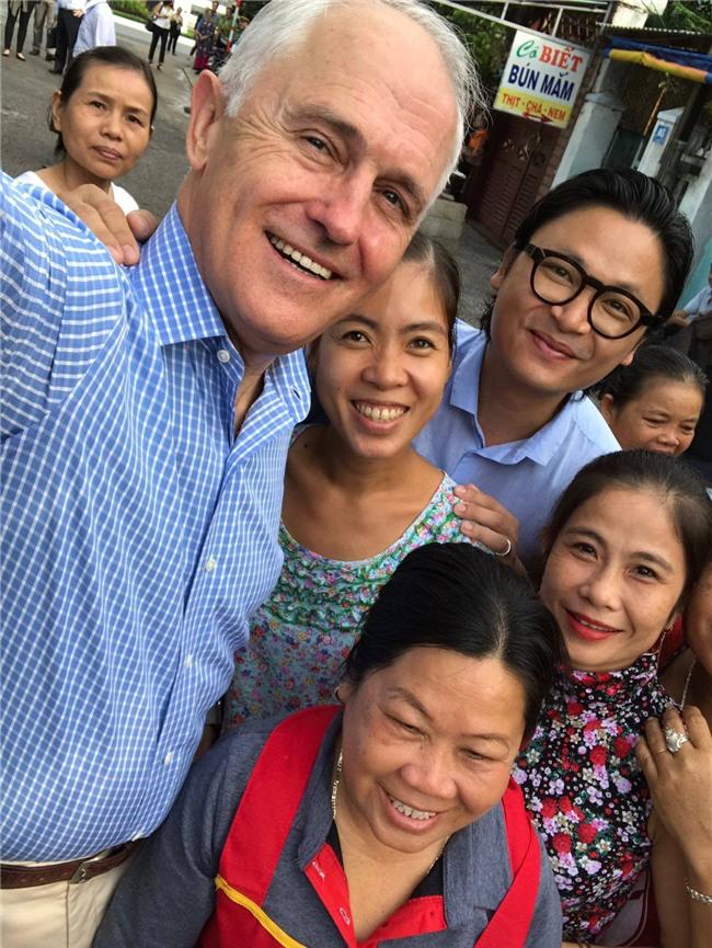 Thủ tướng Úc chia sẻ ảnh lần đầu thưởng thức bánh mì tại Đà Nẵng cùng Luke Nguyễn - Ảnh 4.