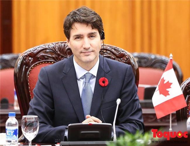 Bạn sẽ shock khi biết bông hoa đỏ cài áo Thủ tướng Justin Trudeau và câu chuyện lịch sử đằng sau - Ảnh 1.