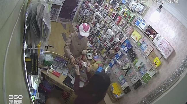 Clip: Đôi nam nữ dàn cảnh lừa tiền nhân viên bán hàng ở Hà Nội - Ảnh 1.