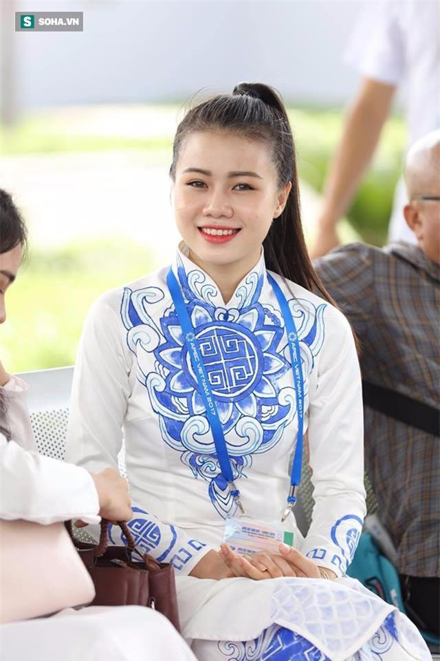 Được tặng hoa cho Thủ tướng Lý Hiển Long, đây là cô gái hot nhất MXH sáng nay - Ảnh 2.